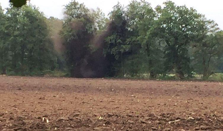 Sprengung: Gefundene Granate in Aschendorf gesprengt - In einer Baumreihe an der Kämpe wurde am Dienstagnachmittag eine Panzersplittergranate aus dem Zweiten Weltkrieg kontrolliert gesprengt. Foto: Stadt Papenburg