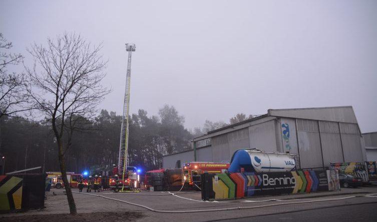 Akutell Brand einer Absauganlage in der Lackiererei Berning löst Großfeuerwehreinsatz aus