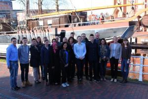 Neue Auszubildende unterzeichnen Verträge bei der Stadt - In der vergangenen Woche waren die neuen Auszubildenden der Stadt mit ihren Eltern zu Gast im Rathaus, um ihre Ausbildungsverträge zu unterzeichnen. Bürgermeister Bechtluft (Vierter von rechts) begrüßte die neuen Kollegen im Team der Stadt Papenburg. Foto: Stadt Papenburg