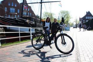 Das E-Bike kostenlos bei der Stadt aufladen - Alexandra Weich (links) und Izabela Dulis freuen sich über den Start der Rad-Saison. Für alle E-Bike-Fahrer bieten die Papenburg Marketing GmbH und die Stadt Papenburg eine kostenlose Ladestation hinter dem Rathaus an. Foto: Stadt Papenburg