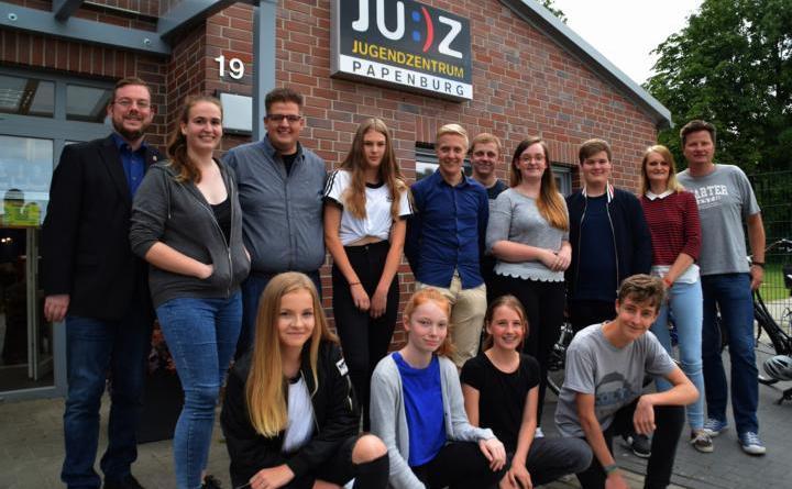 Bürgermeistersprechstunde für Jugendliche im JUZ erfolgreich -Bürgermeister Jan Peter Bechtluft (links) und die Mitglieder des Jugendvorstands freuten sich darüber, dass einige Jungen und Mädchen an der Bürgermeistersprechstunde für Jugendliche teilgenommen haben. Foto: Stadt Papenburg