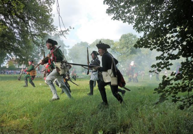 """Großes Museumsfest: """"Juchhe Amerika"""" - Faszinierende Zeitreise ins 18. Jahrhundert - Historiendarsteller inszenieren die Schlacht um das legendäre Fort Ticonderoga im Jahr 1777. (Foto: Kersten Kircher)"""