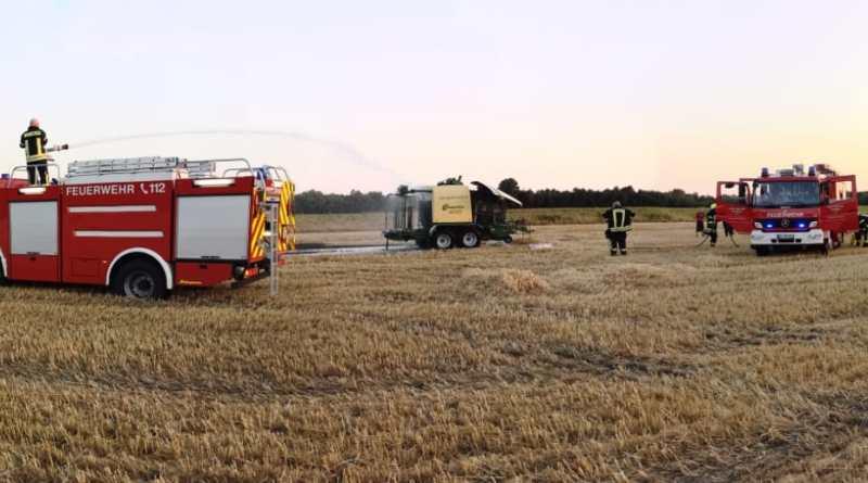 Feuerwehr verhindert Flächenbrand am Obenende - Durch den schnellen und umsichtigen Einsatz der Papenburger Feuerwehr konnte ein Flächenbrand beim Feuer einer Rundballenpresse am Obenende am Donnerstagabend verhindert werden. Foto: Stadt Papenburg