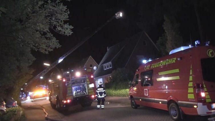 Lingen / Schepsdorf - Schuppenbrand droht sich auszubreiten - hervorragende und schnelle Arbeit der Lingener Feuerwehr verhindert schlimmeres Foto: NordNews.de