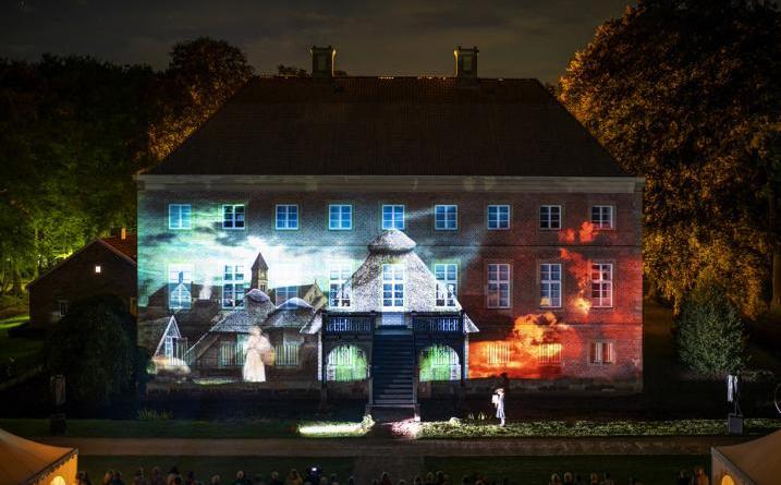 """Mit einer eindrucksvollen Licht- und Lasershow, dem sogenannten """"Projection Mapping"""" endete das """"Grand Voyage Diner"""" auf Gut Altenkamp am Wochenende. Bild: Wessels"""
