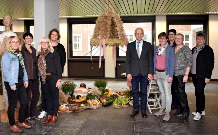 Wilsumer Landfrauen brachten Erntekrone ins Kreishaus Foto: Landkreis Grafschaft Bentheim