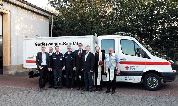 Der DRK-Ortsverband weihte gemeinsam mit Gästen den Gerätewagen Sanität ein. (Foto: Landkreis Emsland)
