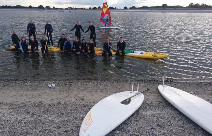 Stehpaddeln - Geeste. Insgesamt 14 Teilnehmer konnte Lara Friedetzky von der Sportjugend Emsland zum Stand Up Paddling (Stehpaddeln) am Speicherbecken in Geeste begrüßen. Foto: KSB