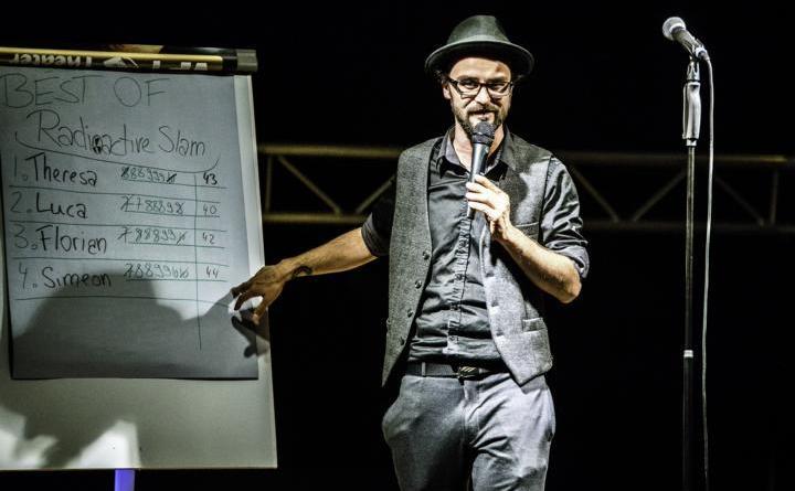 Profi-Slammer und Moderator Jens Kotalla führt durch den Poetry Slam für denNaturschutz im Meppener JAM. (Foto: Jörg Everding)