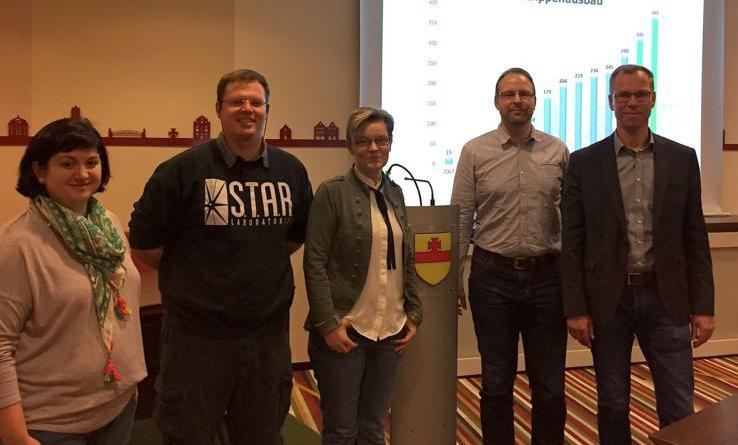 Christian Golkowski (rechts) freut sich auf die Zusammenarbeit mit dem neuen Vorstand des Stadtelternrats (v. l.): Diana Balan, Markus Meny, Dagmar Eiken-Lüchau und Mario Schulte. Foto: Stadt Meppen
