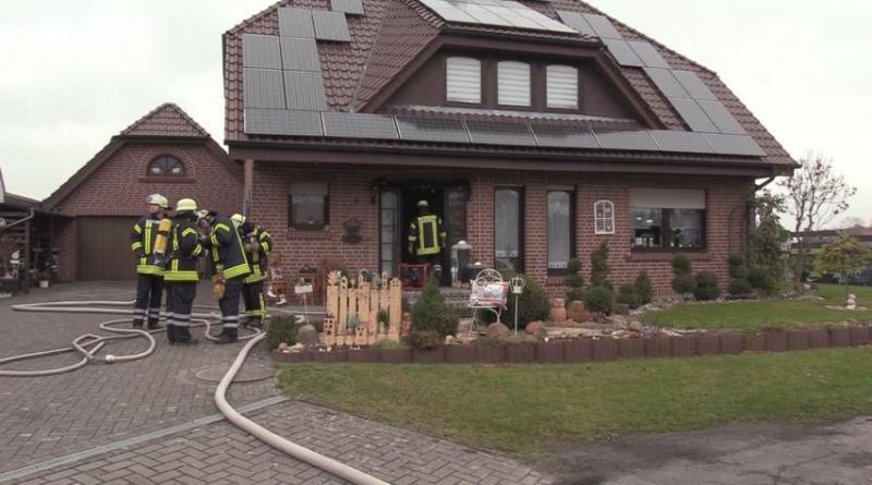 Feuerwehreinsatz in der Krokusstraße - Postbote hört Rauchmelder und alarmiert Feuerwehr - Haus verqualmt Foto: NordNews.de