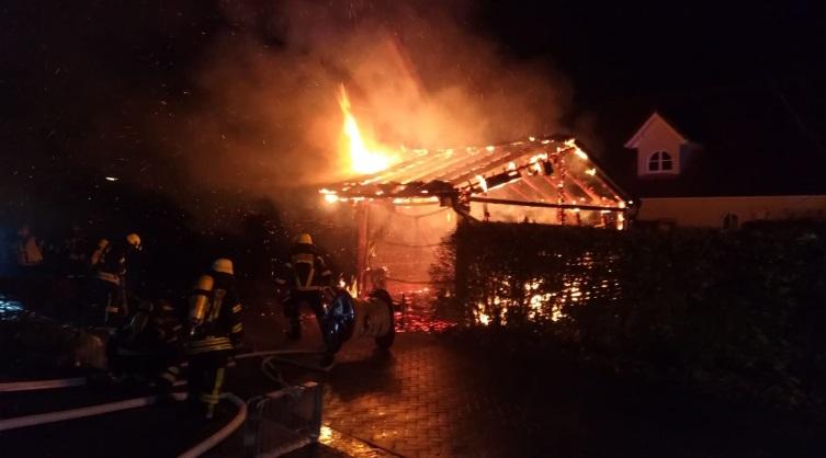 PKW Brand und eines Schuppens / Anbaus in Lingen - viel Arbeit für die Feuerwehr Foto: NordNews.de