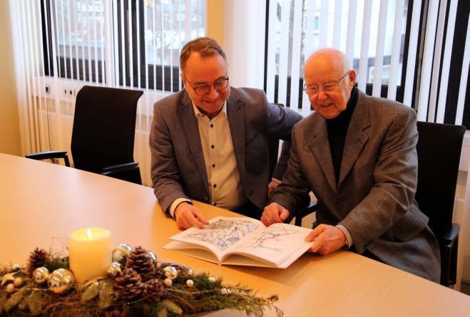 Der Ortschaft Haren im 16. und 17. Jahrhundert hat Autor Wilhelm Menke (re.) ein Buch gewidmet, das er jetzt Bürgermeister Markus Honnigfort (li.) vorstellte. Foto: Stadt Haren
