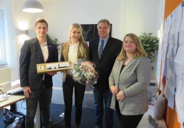 Jonas Berger von der Wirtschaftsförderung (li.) und Ortsbürgermeister Manfred Schonhoff gratulieren der Jungunternehmerin Jana K. Doijen (2. v. li.) und ihrer Mitarbeiterin zur Neueröffnung. Foto: Stadt Lingen