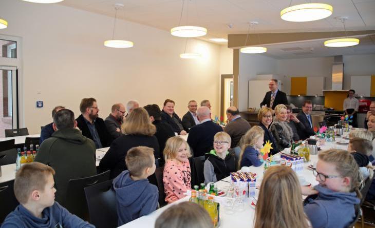 Durchaus heiter verlief die Einweihung des Mensaneubaus der Clemensschule in Wesuwe. Foto: Stadt Haren