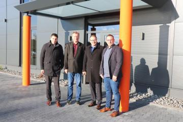 (v. l.) Wirtschaftsförderer Alexander Kassner, Friedhelm Gödiker, Bürgermeister Helmut Knurbein und Florian Gödiker. Foto: Stadt Meppen