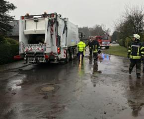 Im Tünneken in Sögel verlor ein Müllsammelwagen größere Mengen Hydrauliköl nach einer Kollision mit einem Baum. Die Feuerwehr Sögel sicherte die Einsatzstelle. Foto: SG Sögel/Feuerwehr