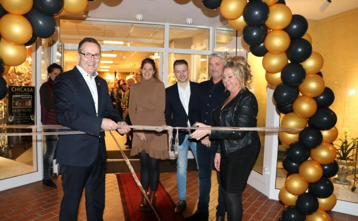 Zum offiziellen Start von Chicasa an ihrem neuen Standort beglückwünschte auch Bürgermeister Helmut Knurbein (links). Foto: Stadt Meppen