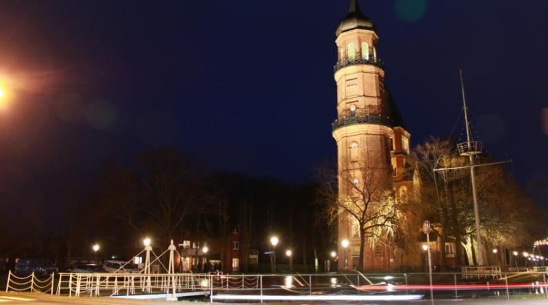 Beim Test der LED-Lampen für das neue Lichtkonzept des Alten Turms konnte man im Januar schon erkennen, wie sich der Turm in Zukunft in den Abendstunden präsentiert. Foto: Stadt Papenburg