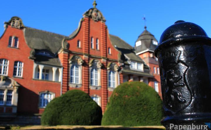 Weil im historischen Rathausgebäude der Platz knapp wird, soll dieses in den nächsten Jahren um einen freistehenden Neubau ergänzt werden. Foto: Stadt Papenburg