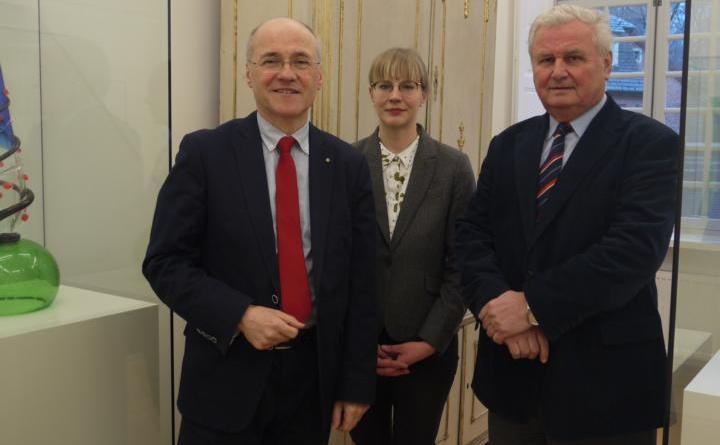 (v.l.): Oliver Fok, Ramona Krons und Hans Flüteotte präsentieren das Jahresprogramm 2019 des Emslandmuseums Schloss Clemenswerth Foto: Schloss Clemenswerth