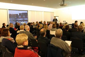 """Rund 60 Besucher konnte Papenburgs Bürgermeister Jan Peter Bechtluft am Dienstagabend im neuen Sitzungssaal bei der Auftaktveranstaltung mit dem Thema """"Kommunale Gesundheit"""" begrüßen. Foto: Stadt Papenburg"""