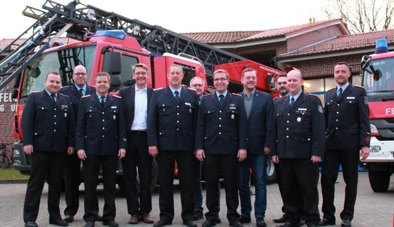 Mit Georg Kruth (fünfter von links) und Torsten Meyer (siebter von links) wurden nun zum Ortsbrandmeister und stellvertretenden Ortsbrandmeister der Ortsfeuerwehr Papenburg-Untenende ernannt. Mit dabei waren neben dem Stadtkommando auch Kreisdezernent Marc-André Burgdorf (vierter von links), Feuerwehrausschussvorsitzender Frank Brelage (sechster von links) und Bürgermeister Jan Peter Bechtluft (vierter von rechts). Foto: Stadt Papenburg