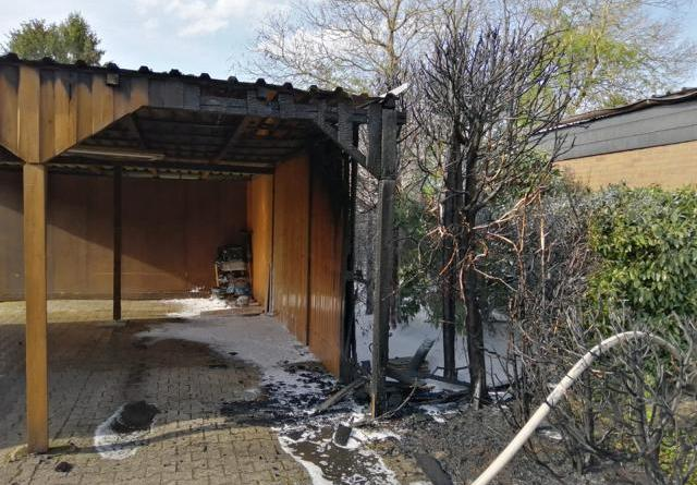 Aktuell/ Groß Hesepe: Heckenbrand in der Birkenstraße greift auf Carport über Foto: NordNews.de