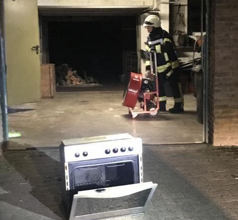 Den brennenden Backofen brachte ein Hausbewohner ins Freie. Die Feuerwehr setzte einen Lüfter ein, um das dem Haus rauchfrei zu stellen. Foto: SG Sögel/Feuerwehr