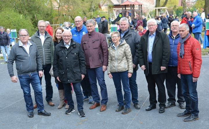 Ratsmitglieder, Bürgermeister Helmut Höke (2. v. l.), LAG-Vorsitzender Ernst Schmitz (Mitte), sowie Bernhard Kramer (3. v. r.), Udo Rathkamp (2. v. r.) und Hans-Jürgen Rosenow (rechts) von der Steuergruppe bei der Eröffnung des Mehrgenerationenparks. Foto: Gemeinde Geeste