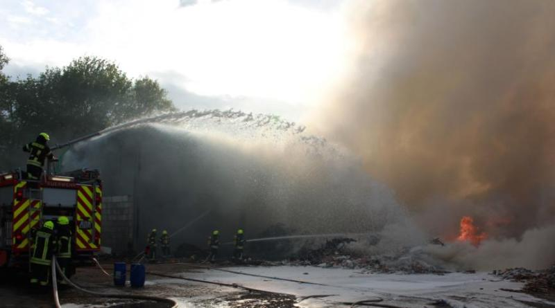 Mehr als 300 Einsatzkräfte bei Großbrand im Nordhafen Foto: Stadt papenburg