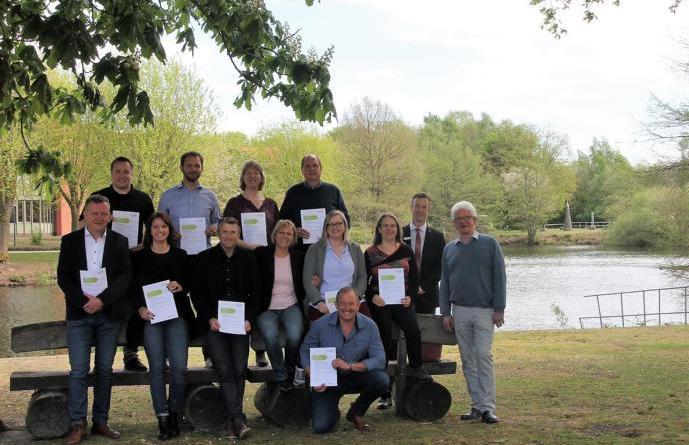 Über die erfolgreiche Zertifizierung von elf kommunalen Energiemanagern freuen sich die Teilnehmer sowie die Organisatoren. (Foto: Landkreis Emsland)
