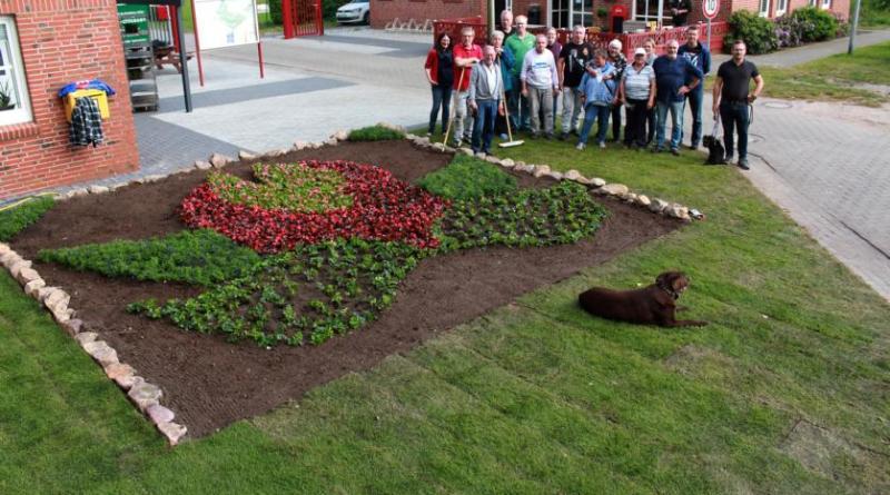 Am Samstagnachmittag haben einige Dauercamper des Campingplatzes Papenburg ein Blumenbeet in Form des Blumenschau-Logos angepflanzt. Foto: Karin Evering, Stadt Papenburg