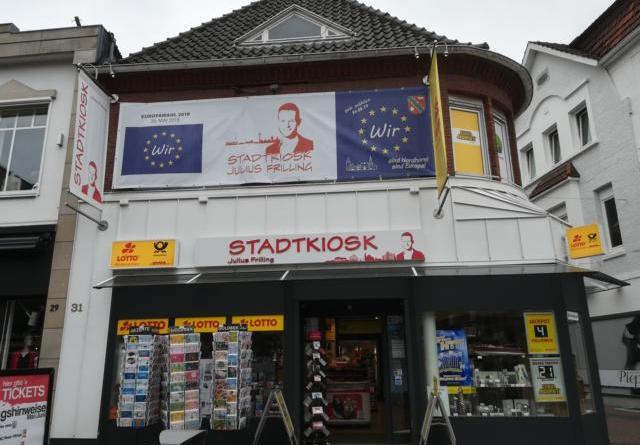 """Prägnant und unübersehbar: Das """"Geh wählen""""-Banner an der Fassade des Nordhorner Stadtkioskes. Foto: Stadtkiosk"""