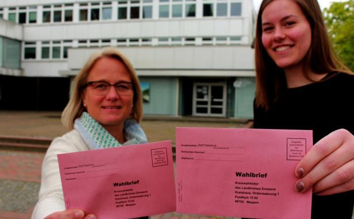 Maria Poll (links) und Laura Sinningen von der Stadtverwaltung sind die Ansprechpartner im Briefwahlbüro. Dieses öffnet am Montag, 6. Mai, in den Räumen Röttgers beim Rathaus. Foto: Stadt Papenburg
