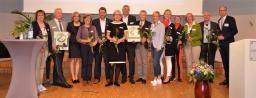 Die Preisträger des Hospiz-Siegels, die Pflegeeinrichtungen Stephanushaus in Lingen und Marienhaus in Meppen, sowie die Veranstalter freuen sich über eine gelungene Veranstaltung. (Foto: Landkreis Emsland)