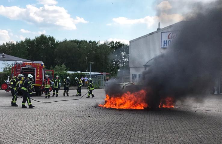 PKW brennt auf Parkplatz lichterloh - Rauchwolke über der Blanke - Fotogalerie und Text der Feuerwehr Nordhorn - Foto: Holger Schmalfuß, Feuerwehr Nordhorn