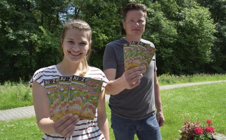 Den neuen Ferienpass der Stadt Papenburg stellen Corinna Nehe und Stadtjugendpfleger Dietmar Nee vom JUZ vor. Foto: Stadt Papenburg