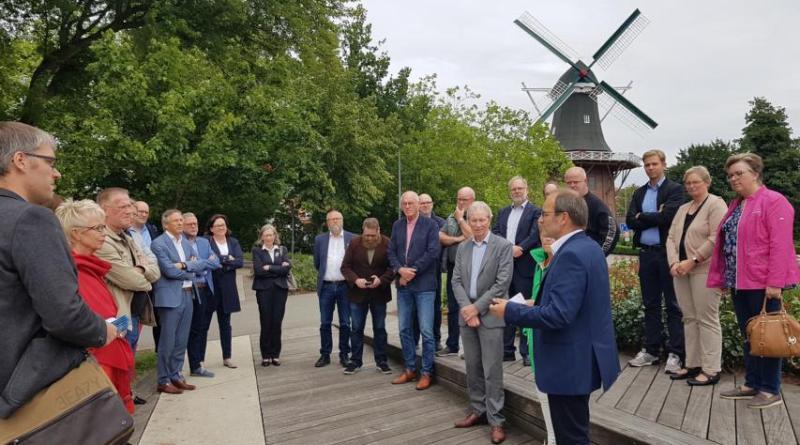 Papenburgs Erster Stadtrat Hermann Wessels begrüßte die Mitglieder der Räte aus Veendam und Papenburg am Mittwochabend auf der Baustelle der Blumenschau im Stadtpark. Beide Kommunen arbeiten auf der Blumenschau zusammen. Foto: Stadt Papenburg
