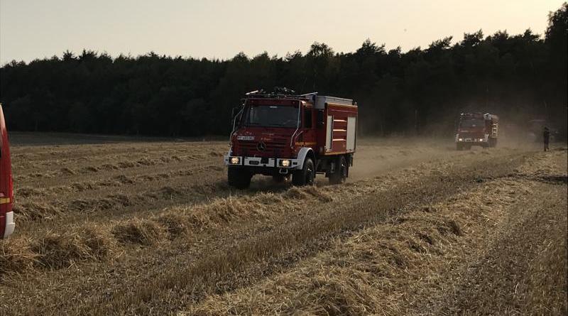 Feuerwehren Kluse und Dörpen löschen zwei Hektar großes Strohfeld ab und verhindert ein Übergreifen auf ein Waldstück- Lohnunternehmen unterstützt mit 28000 Liter Wasser - Foto: SG Dörpen Feuerwehr