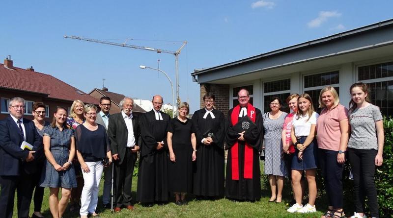 Torben Rakowski (7.v.r.) im Kreis von Kirchenvorstand, Pastoren, Superintendent Dr. Brauer (6.v.r.) und Mitwirkenden des Gottesdienstes. Foto: Stadt Haren