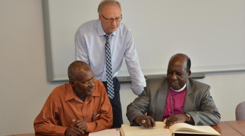 Bürgermeister von Hamai, Mohamed Mayingu und Bischof Amon Kinyunyu trugen sich in das Goldene Buch der Gemeinde Geeste ein. Foto: Gemeinde Geeste