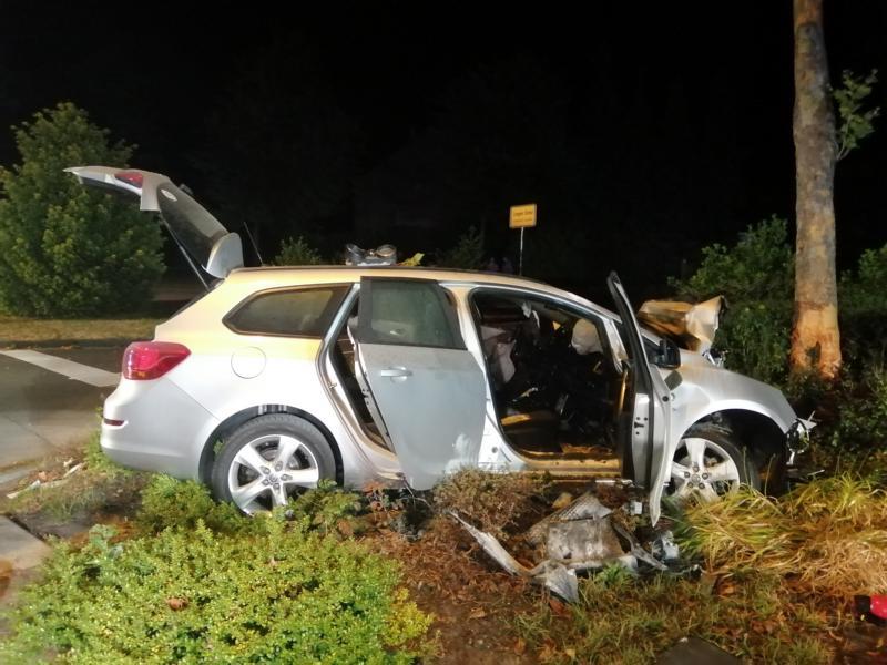 Lingen - Schwerer Unfall auf der Lengericher Straße - Opel gegen Baum katapultiert. Foto: NordNews,de