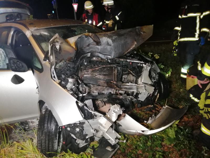 Lingen - Schwerer Unfall auf der Lengericher Straße - Opel gegen Baum katapultiert