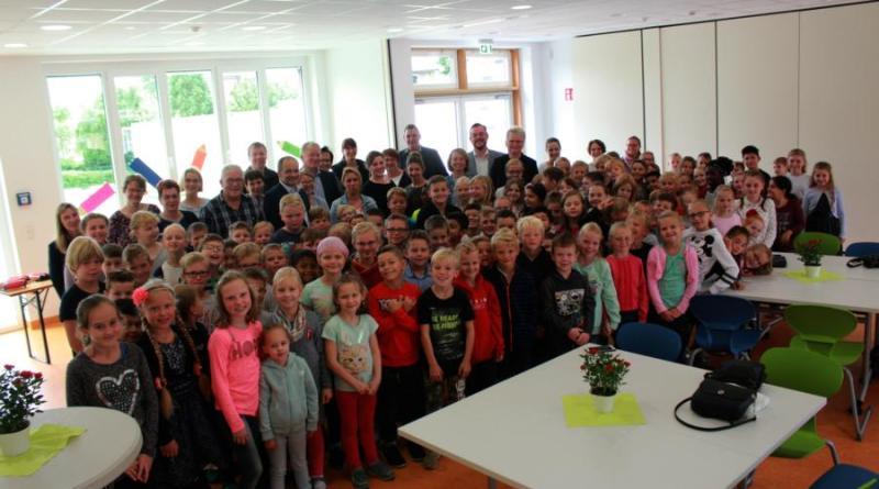 Mit einer kleinen Feierstunde wurde der neue Gebäudetrakt der Mittelkanalschule durch die Schulgemeinschaft in Betrieb genommen. Foto: Stadt Papenburg