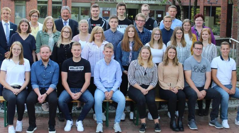 Landrat Reinhard Winter (hinten stehend, 3. v. l.) begrüßte die insgesamt 24 Auszubildenden an ihrem ersten Tag im Meppener Kreishaus. (Foto: Landkreis Emsland)