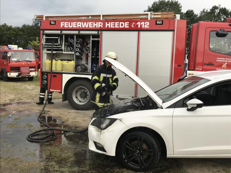 PKW fängt kurz nach dem Start Feuer – Fahrerin bemerkt Rauch im Motorraum- Foto: SG Dörpen / Feuerwehr