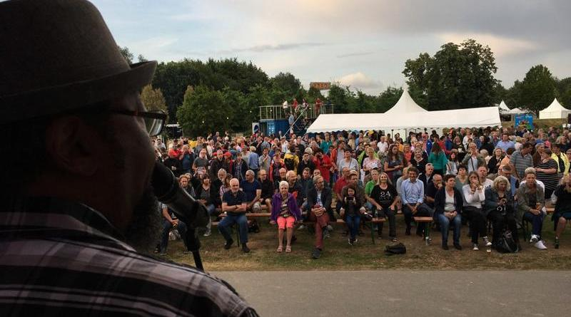 """Rund 1.200 Besucher waren im Laufe des Abends beim """"Crossroads Music Festival"""" im Stadtpark dabei und erlebten unter anderem den bekannten US-Bluesmusiker Greg Copeland. Foto: Stadt Papenburg"""