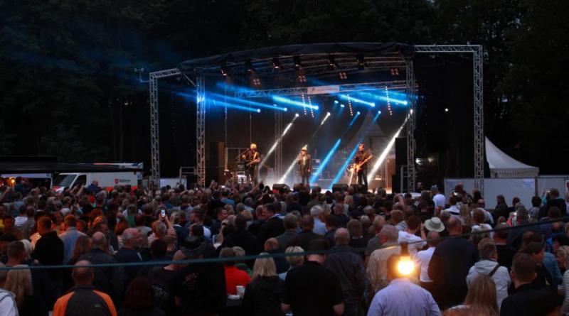 Rund 1.700 Besucher kamen am Samstagabend in den Papenburger Stadtpark um die Band Torfrock zu sehen. Die vier Rock-Urgesteine aus Schleswig-Holstein zeigten sich besonders spielfreudig, so dass das Konzert erst nach drei Zugaben und knapp zwei Stunden endete. Foto: Stadt Papenburg