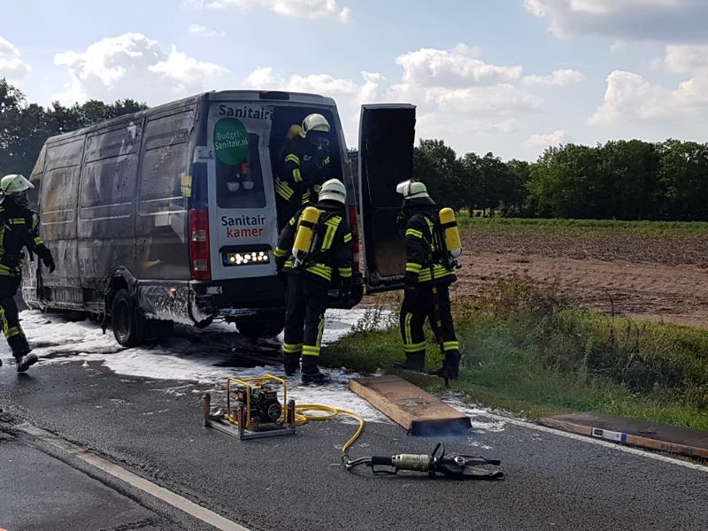 Lieferwagen brennt auf Umgehungsstraße - Foto: Feuerwehr Neuenhaus